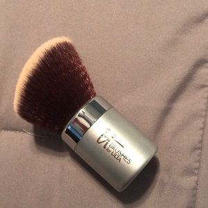 It Cosmetics Compact Angled Kabuki with case